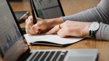 analysis-banking-businesswoman-1451448-min